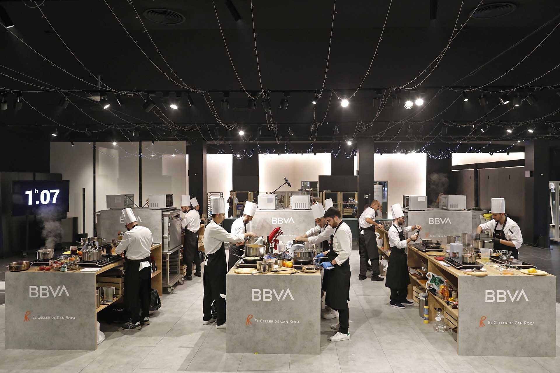 Event awards BBVA hospitality scholarships. Kitchen sets