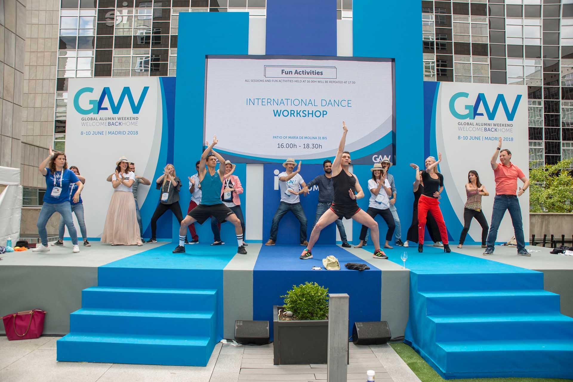 Evento antiguos alumnos IE. Diseño Escenario con bailarines